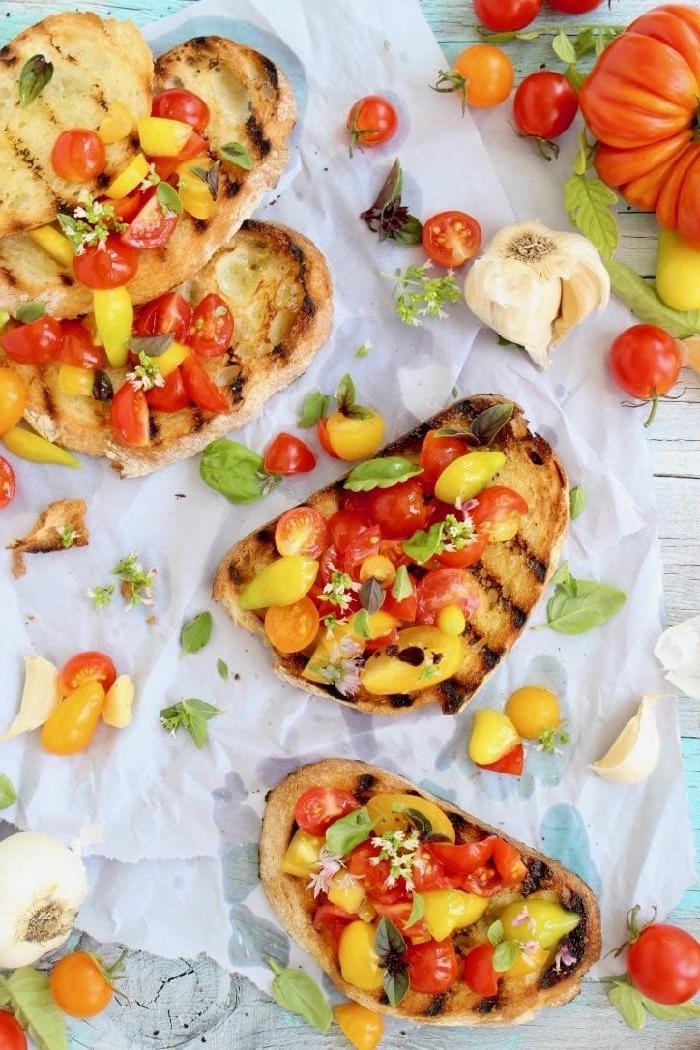bruschettas mit roten und gelben cherrx tomaten, partyessen schnell, vegane rezepte