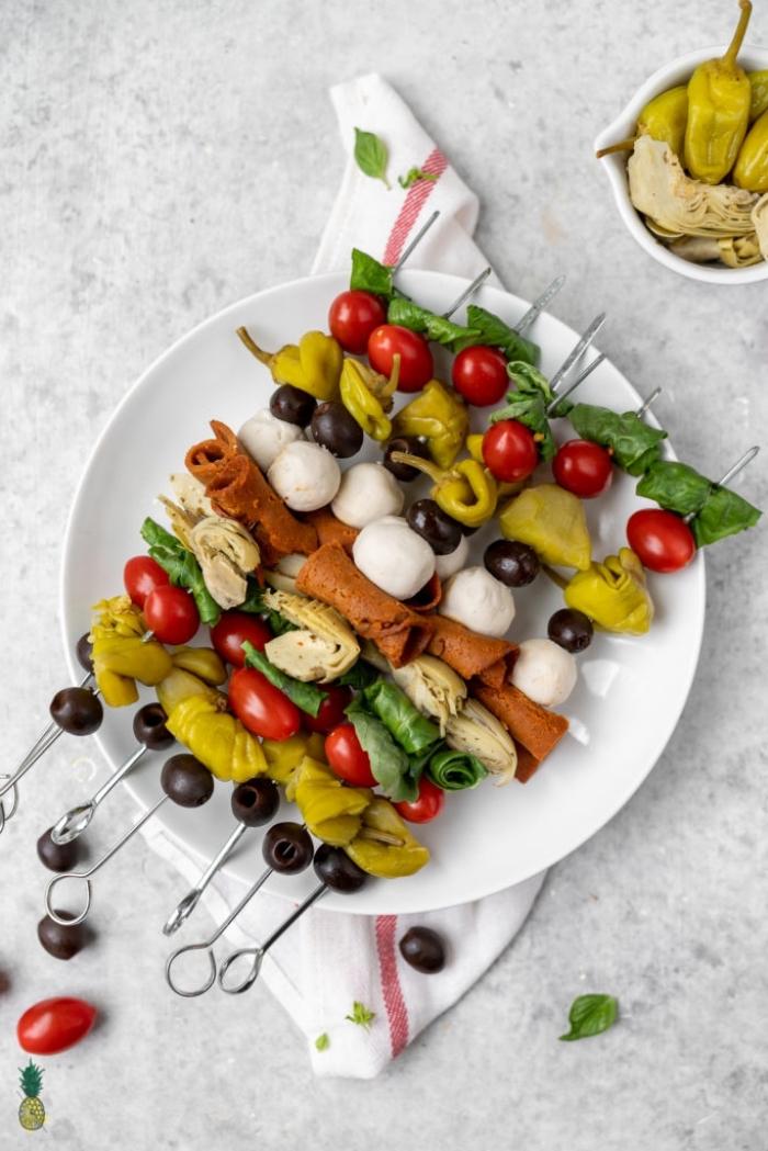 partyrezepte einfach und shcnell, spieße mit vegan mozzarella, oliven, cherry tomaten und spinat