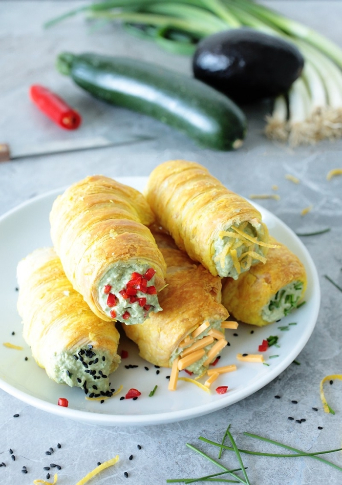 partyrezepte zum vorbereiten, mini rollen mit füllung aus gurke, paprika, frühlingszwiebel und auberinge
