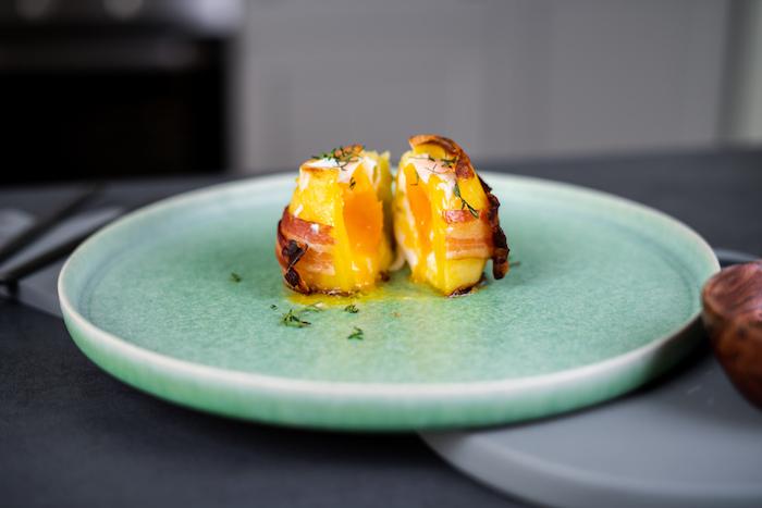 Backkartoffeln mit Ei, Cheddar und Bacon, mit frischem Thymian servieren, Brunch Ideen zum Ausprobieren