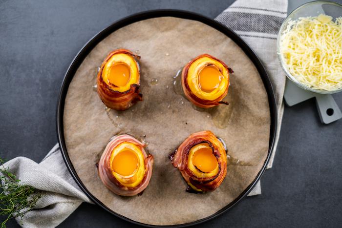 Eier in die halbierten Kartoffeln geben, schnelles Brunch Rezept, Vulkankartoffeln backen