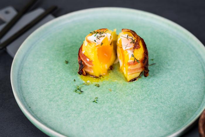 Schnelle Vulkankartoffeln mit Ei, Bacon Scheiben und Cheddar, mit frischem Thymian servieren