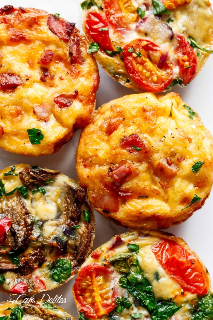rezepte für brunch, salzige muffins aus eiern, bacon, pilzen, spina, käse und cherry tomanten