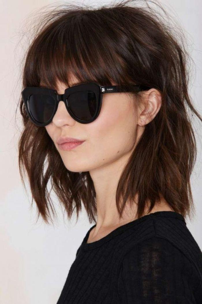 frisuren schulterlanges haar, coole frisur ideen model mit sonnenbrillen, schwarze bluse, pony und wellen