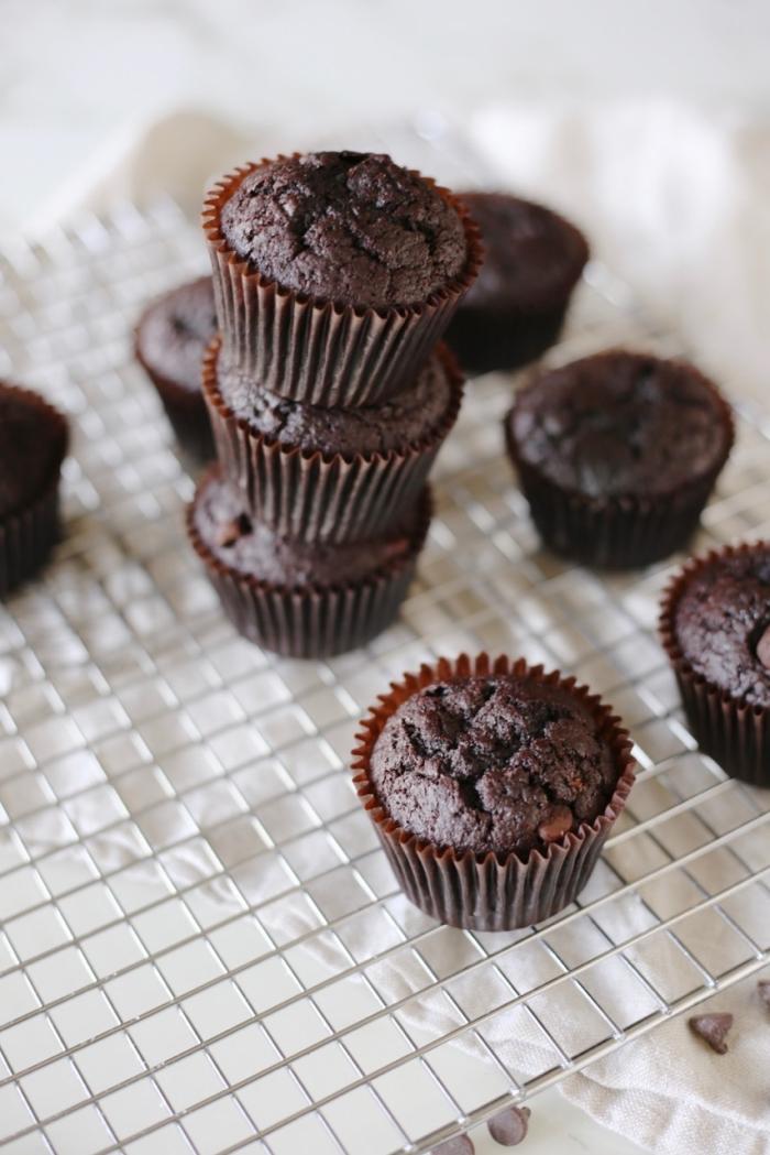 schoko muffins backen, gesunde vegane schokomuffins mit kakao, gluteinfreie cupcakes