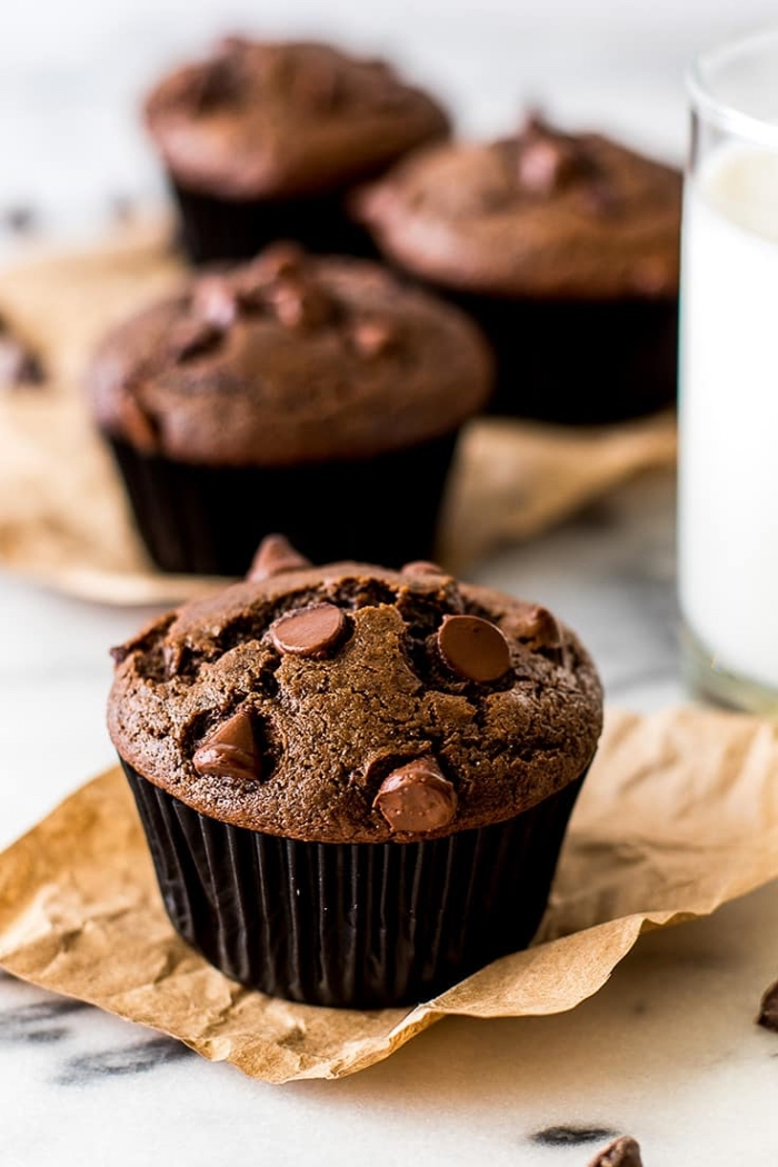 schoko muffins backen, sschokomuffins mit chokoladenchips, stückchen schokoalde