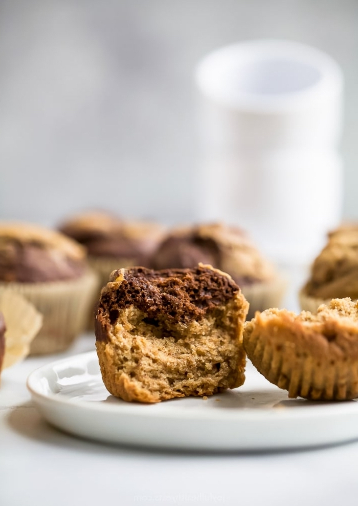 marmor cupcakes zubereiten, schokomuffin rezept mit kakao und erdnussbutter, geburtstagsmuffins