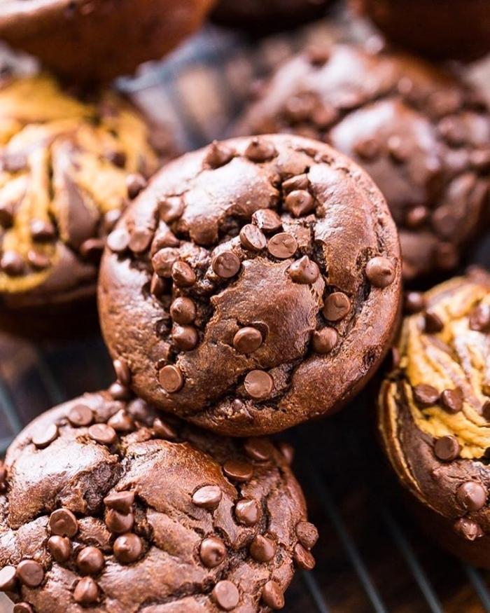 schokomuffins mit schokoladenchips, geburtstagsmuffins ideen, schokoladenmuffins mit stückchen schokolade