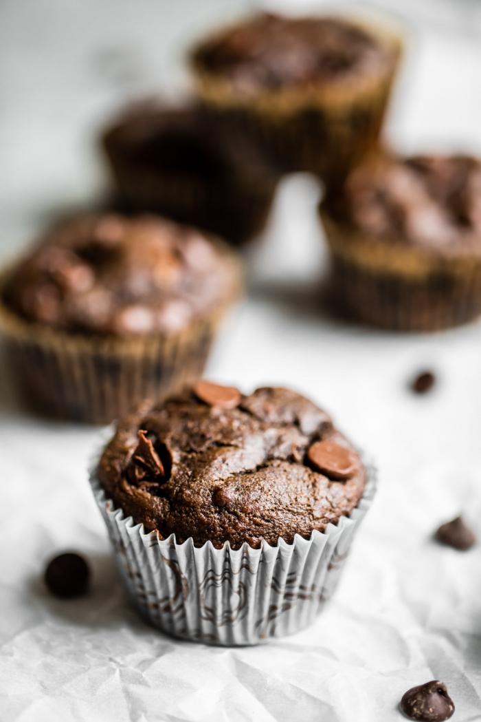 schokomuffins mit schokostückcken zuberieten, rezept für muffins mit schokolade und schokoladenchips