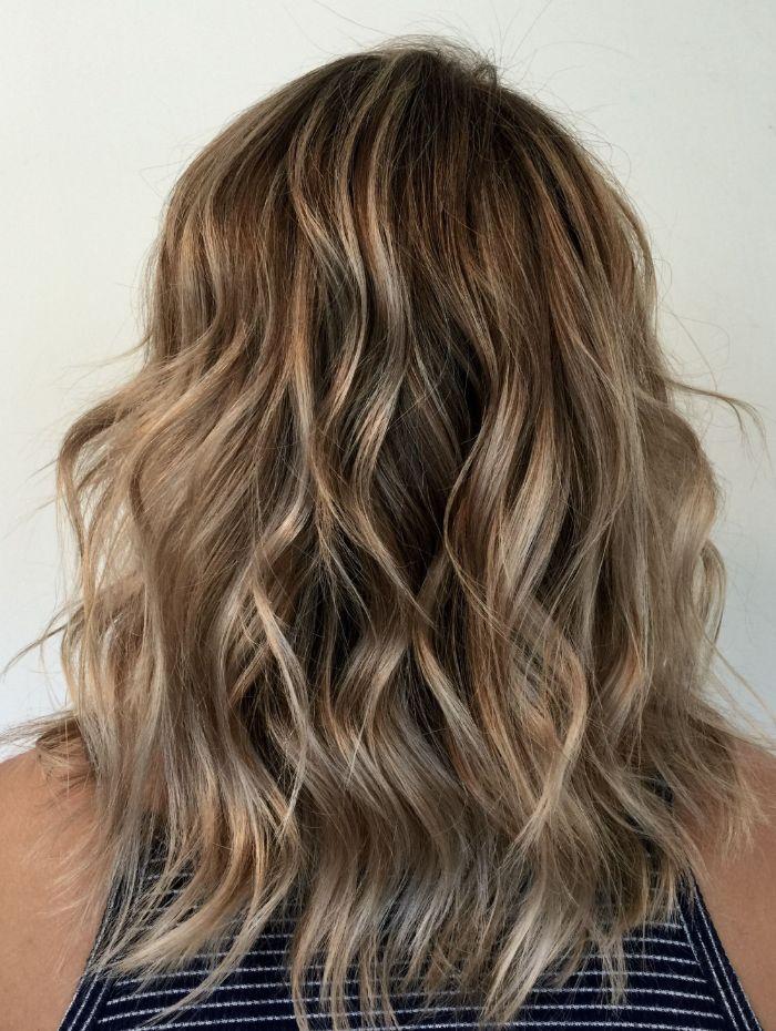 halblange frisuren und ideen zum stylen. wellen blonde strähnen, balayage blond