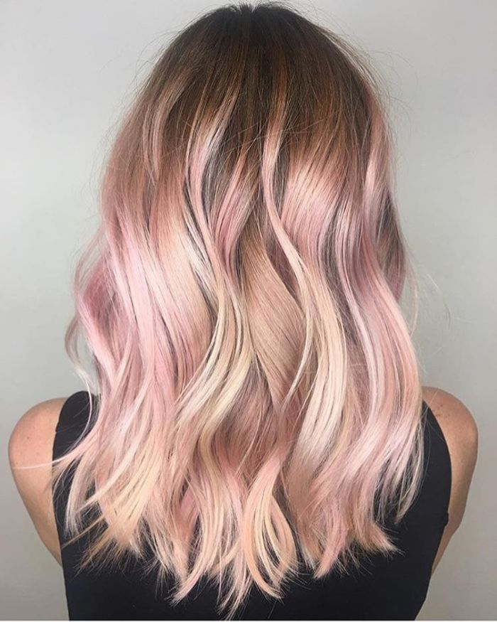 halblange frisuren, schönes haarstyle, blonde haare mit rosaroten spitzen, wellen in den haaren