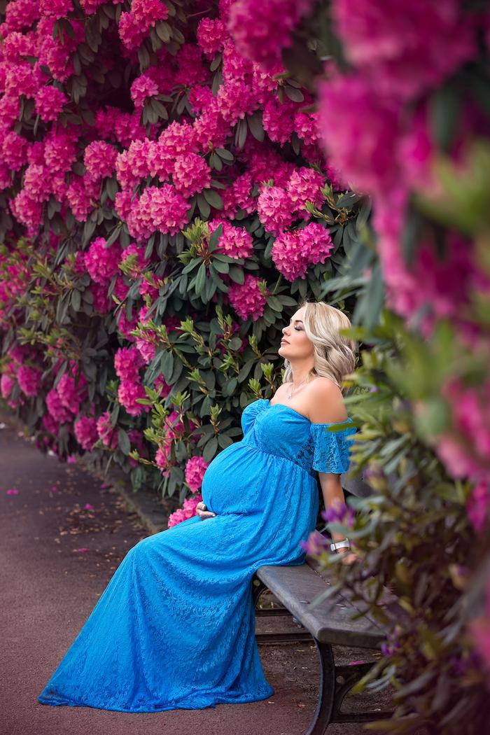 Festliches Umstandskleid in Königsblau, langes schulterfreies Kleid, blonde offene Haare