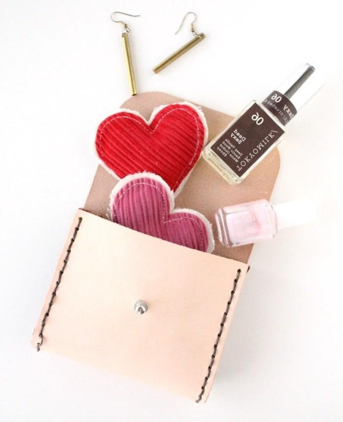 selbstgemachte geschenke zum 18 geburtstag, ohrringe und diy handy case in rosa, nagellack und deko oder schlüsselanhänger