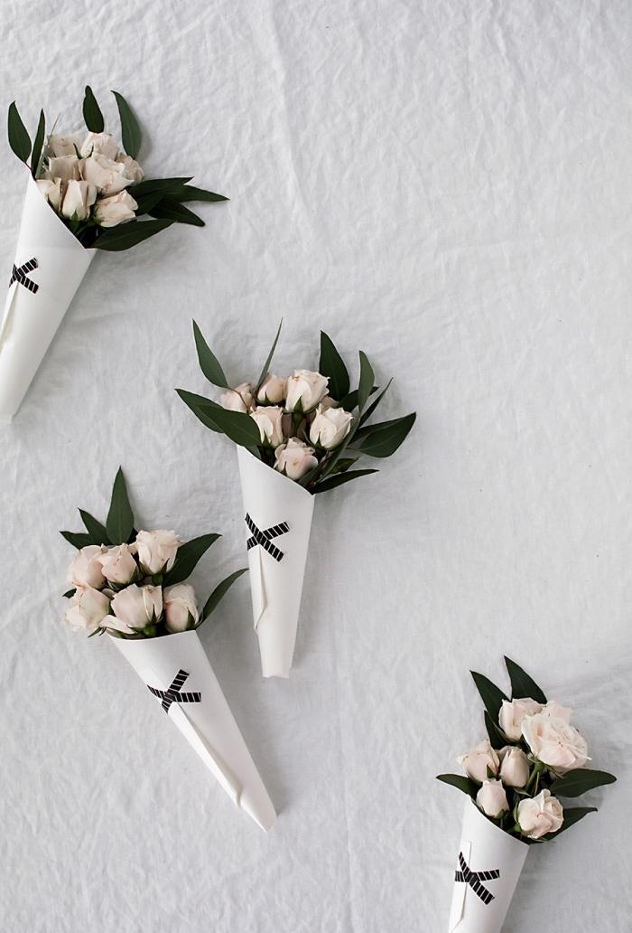 selsbtgemachte geschenke für mama, kleine blumensträuße, creme rosen, weißes papier