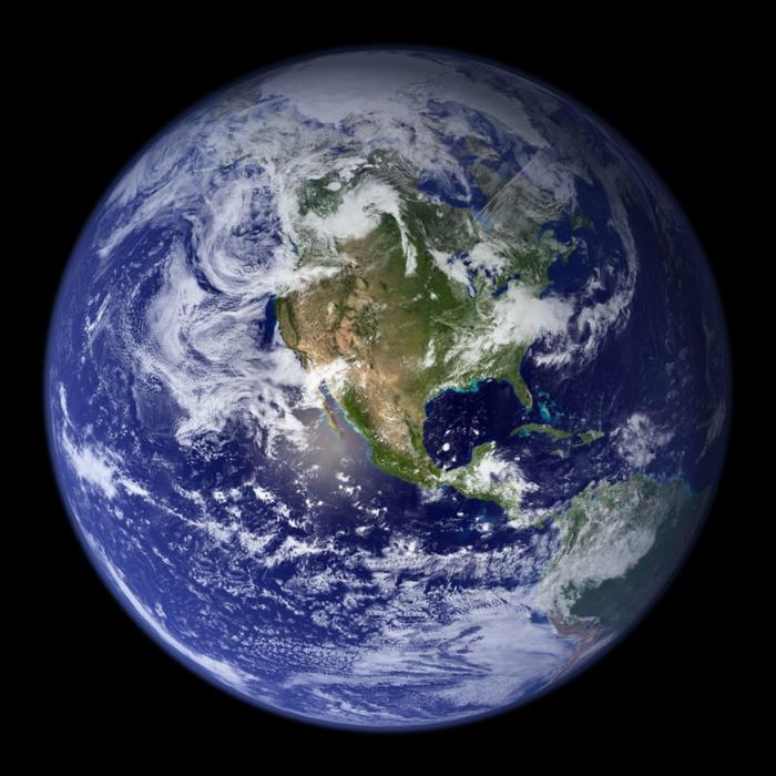 die Erde mit Wolken und Wasser, ein Foto vom Satellit, überall ein Netz von Silicon Valley