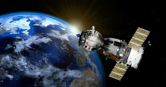 ein großer Satellit mit zwei Flügel, die Erde und die Sonne, Weltall, Satelliten für Silicon Valley
