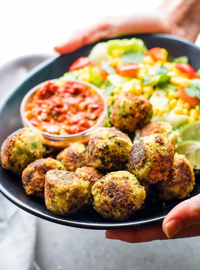 vegane häppchen mit salat aus mai und tomaten, snacks rezepte einfach und schnell, slaza soße