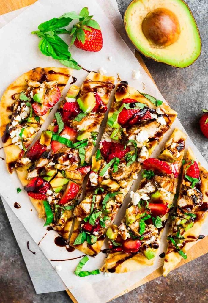 snacks rezepte, mini pizzas mit avocado, erdbeeren und basilikum, party essen ideen
