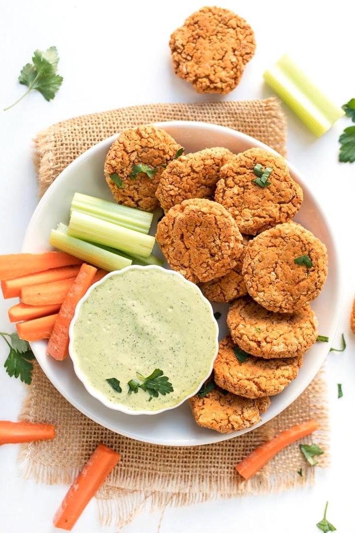 vegane snacks rezepte, salzige kakse mit kartoffeln und selerie mit soße mit petersillie