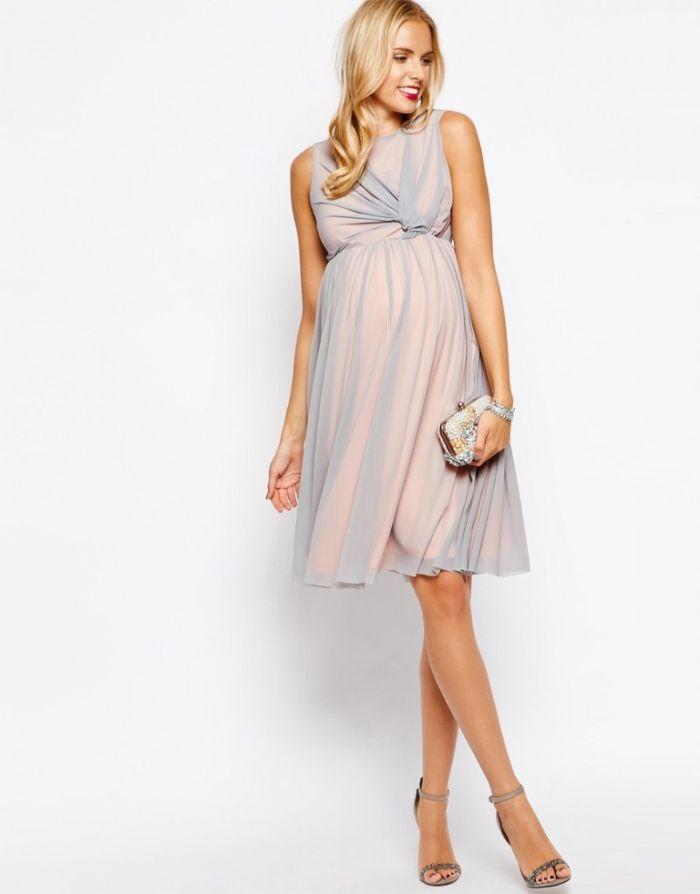 hochzeitskleid für schwangere, eine elegante junge frau heiratet in hellblauem kleid, absatzschuhe während der schwangerschaft