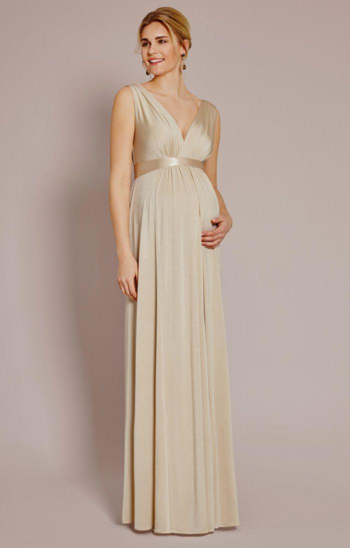 hochzeitskleid für schwangere, eine braut mit langem hellgoldenem kleid anstelle von weiß, elegante frisur und ohrringe