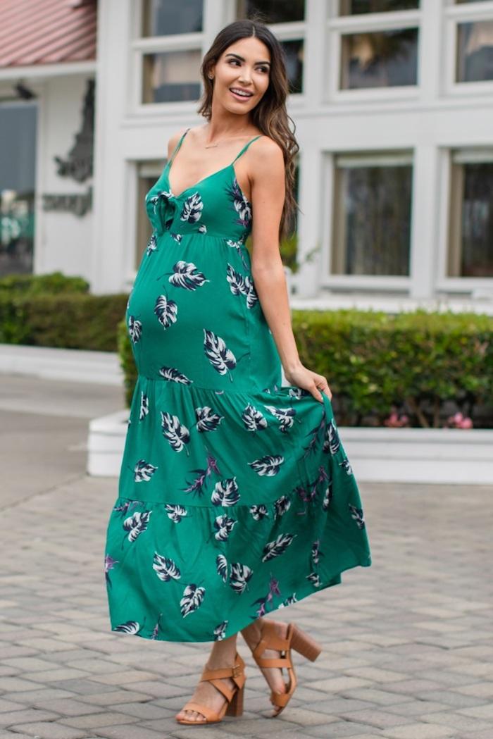 Grünes Sommerkleid mit Spaghetti Trägern, langes weitess Kleid, braune Pumps, lange offene gewellte Haare