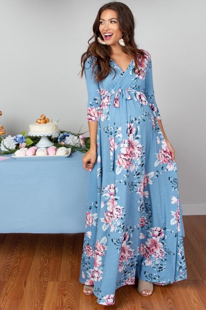 Langes Umstandskleid in Hellblau mit Blumenmuster, Pumps in Beige, offene gewellte Haare