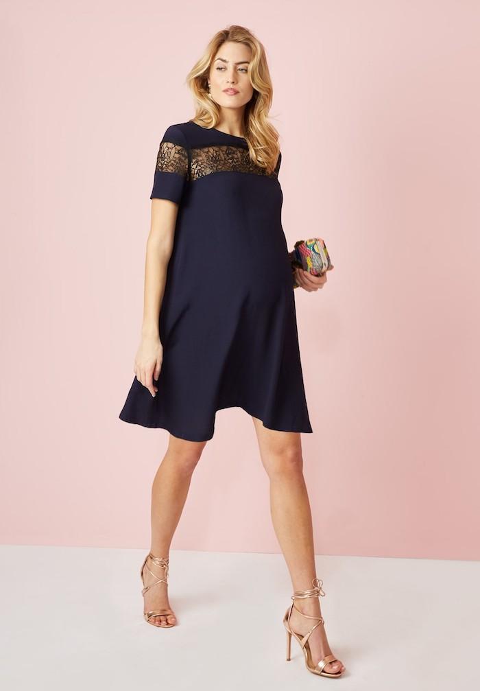 Schwarzes Umstandskleid in A-Form, Sommerkleid mit kurzen Ärmeln für Schwangere, halblange blonde Haare gewellt