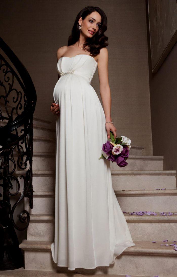 hochzeitskleid für schwangere, eine elegante model trägt weißes brautkleid in bodenlänge, kleid ohne ärmel, foto auf der treppe
