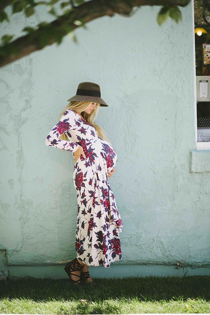 Weißes Umstandskleid mit Blumenmuster, langes Kleid mit langen Ärmeln, schwarze Sandalen