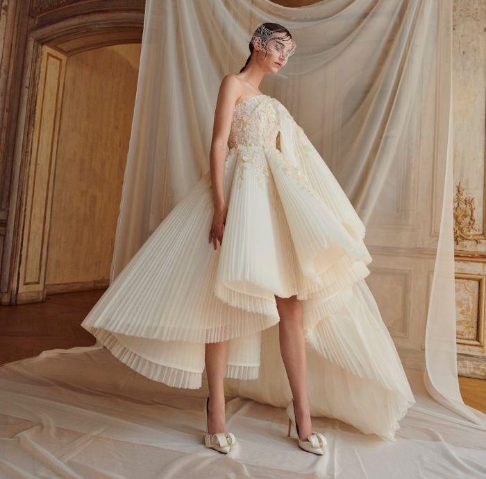 hochzeitskleid für schwangere, moderne kleider wie auf modepodium, spitze absatzschuhe