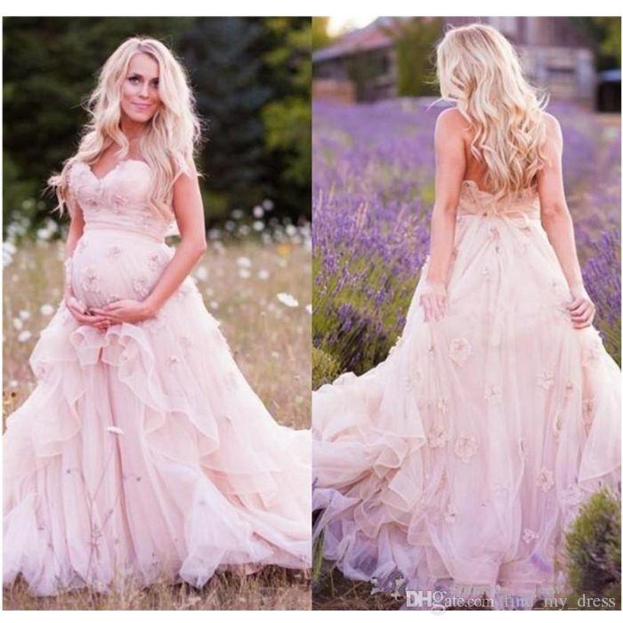 hochzeitskleid für schwangere, bild von hinten und vorne, foto in der natur, lila blumen, feld foto