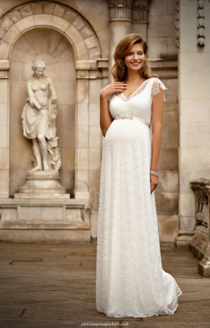 brautmode für schwangere, langes kleid elegante braut mir weißem kleid und akzent auf armnand