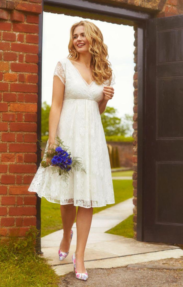 hochzeitskleid für schwangere, unterknie langes kleid weiß für braut, blauer blumenstrauß, lange blonde haare