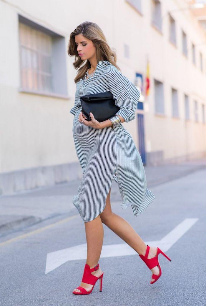 Gestreiftes Kleid für Schwangere knielang, rote Pumps und schwarzer Clutch, silberne Armbänder