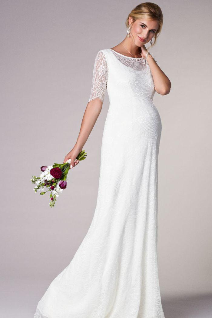 hochzeitskleider für schwangere, langes kleid mit spitze oberteil, brautstrauß in der hand