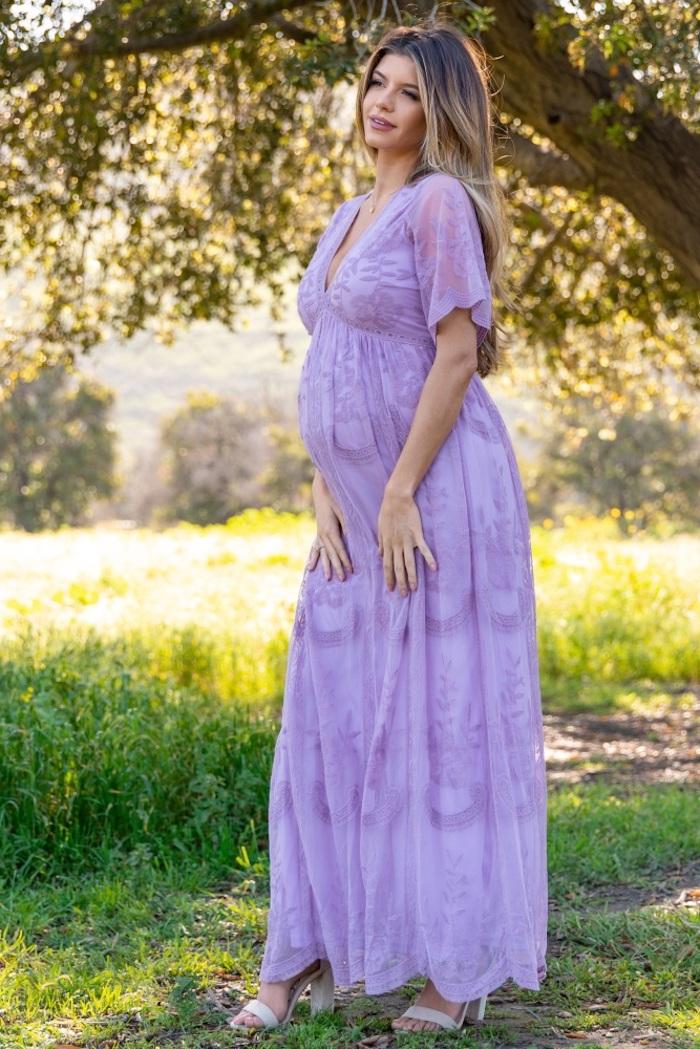 Langes Spitzenkleid in Lila mit kurzen Ärmeln, weites Kleid für den Sommer, offene lange Ombre Haare