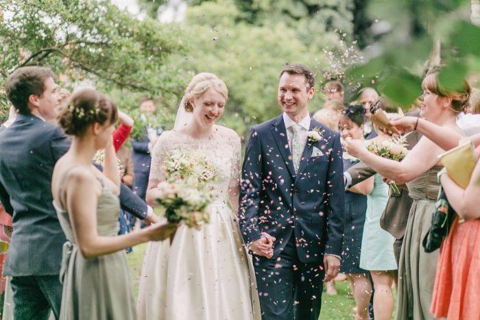 umstandskleider hochzeit,, braut und bräutigam bei der hochzeit, eine hochzetsfeier zusammen feiern