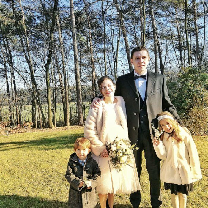 umstandskleider hochzeit, die zukünftige mama und papa von dem baby heiraten und seine zwei geschwister sind brautjungfern