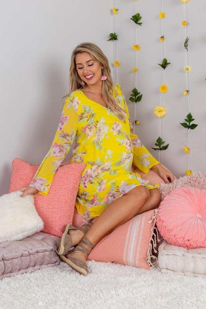Festliche Umstandsmode in fröhlichen Farben, gelbes Sommerkleid mit Blumenmuster