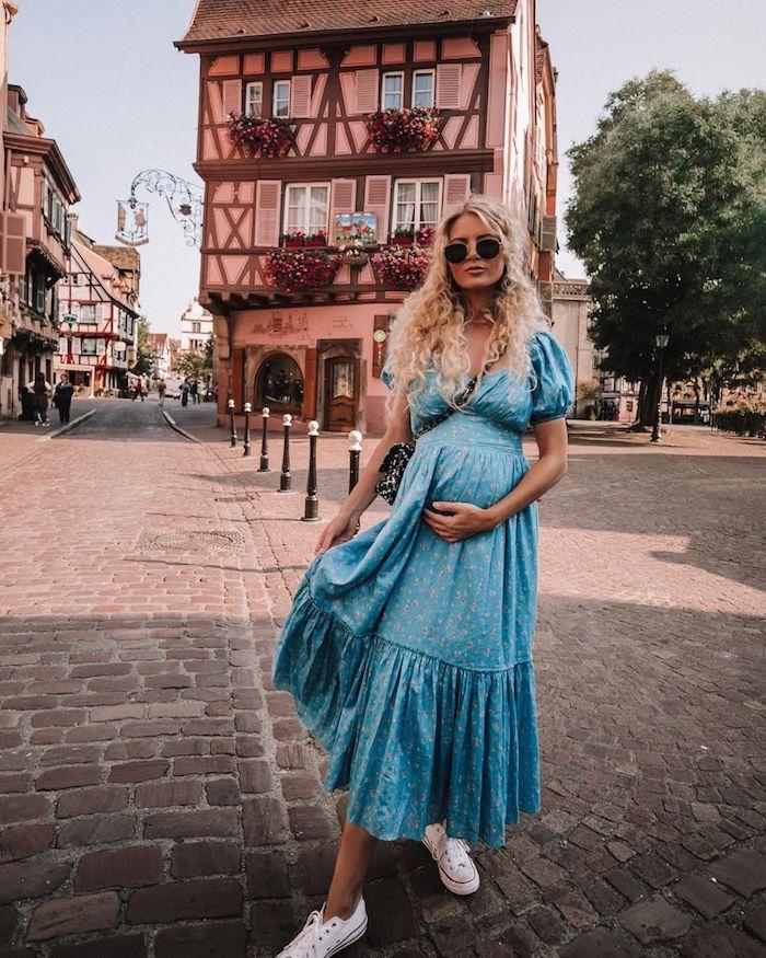 Blaues Sommerkleid für Schwangere mit kurzen Ärmeln und weiße Sneaker, halboffene blonde gewellte Haare