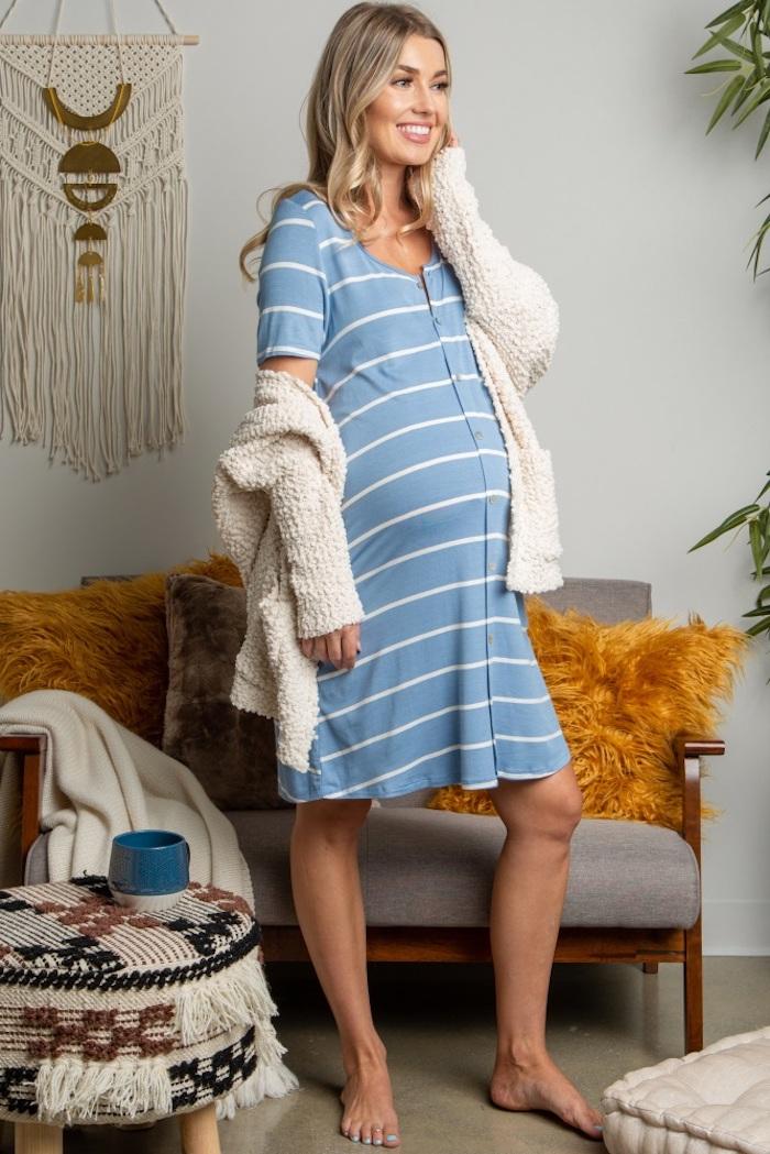 Gestreiftes Umstandskleid in Hellblau und Weiß knielang mit kurzen Ärmeln, weißer Cardigan