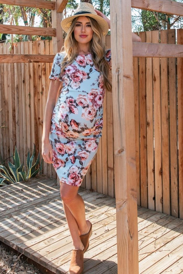 Blaues Umstandskleid mit Blumenmuster für den Sommer, enges Kleid knielang und Sommerhut