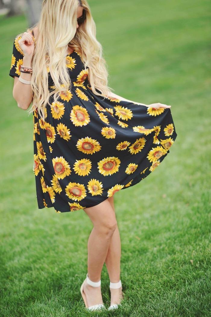 Umstandskleid mit Blumenmuster für den Sommer, Sonnenblumen auf schwarzem Grund, weiße Sandalen