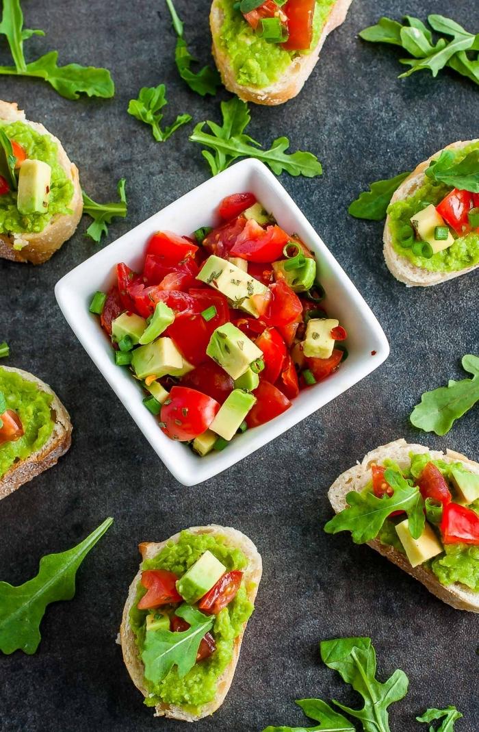 vegan snacks ideen, bruschettas mit salza aus tomaten und avocado, gesundes essen für unterwegs