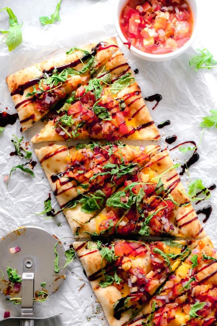 vegan snacks, mini pizzas mit sopping aus tomaten, paprika und kräutern, partyrezepte einfach und schnell