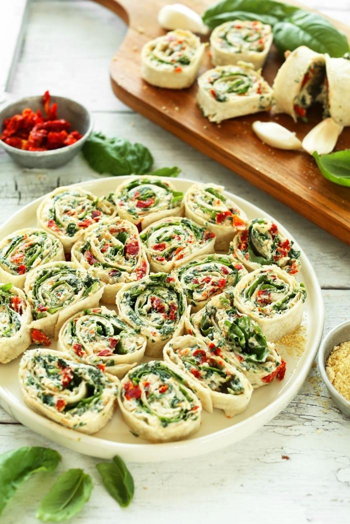 vegan snacks, schnelles partyessen, rollen aus tortilla und füllung aus gemüse, party rezepte
