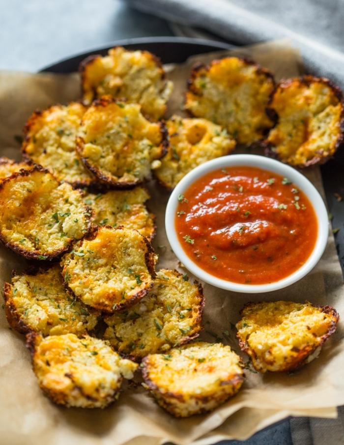 gesunde partyrezepte, veganes fingerfood, häppchen aus blumenkohl serviert mit tomatensoße