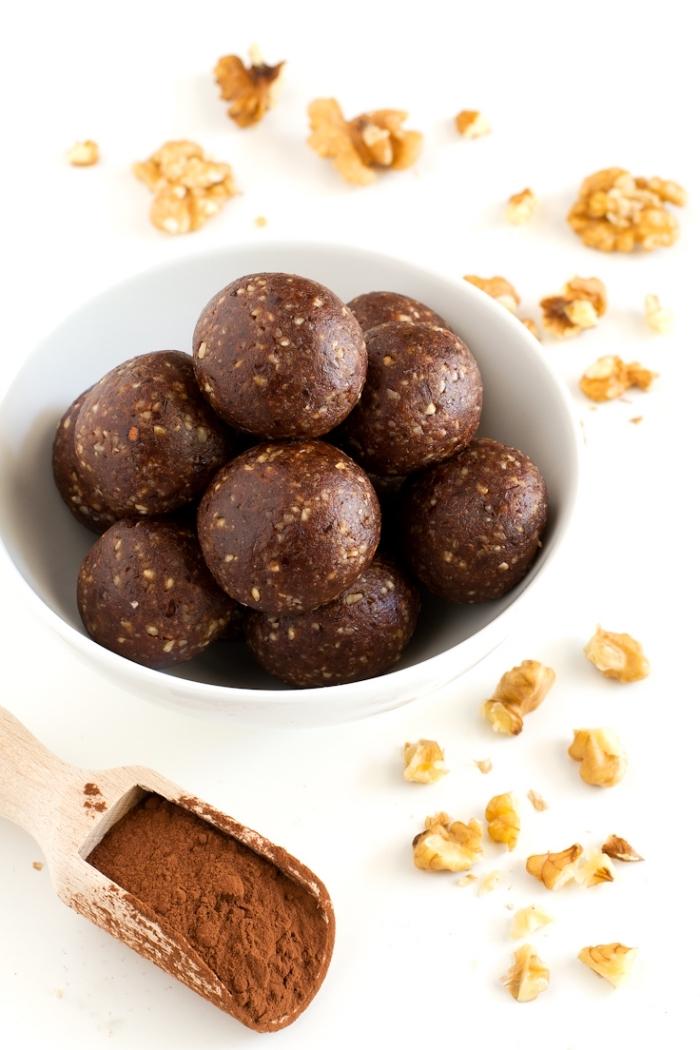 süße häppchen mit kakao, rosinen und wallnüsse, veganes fingerfood, mini bällchen