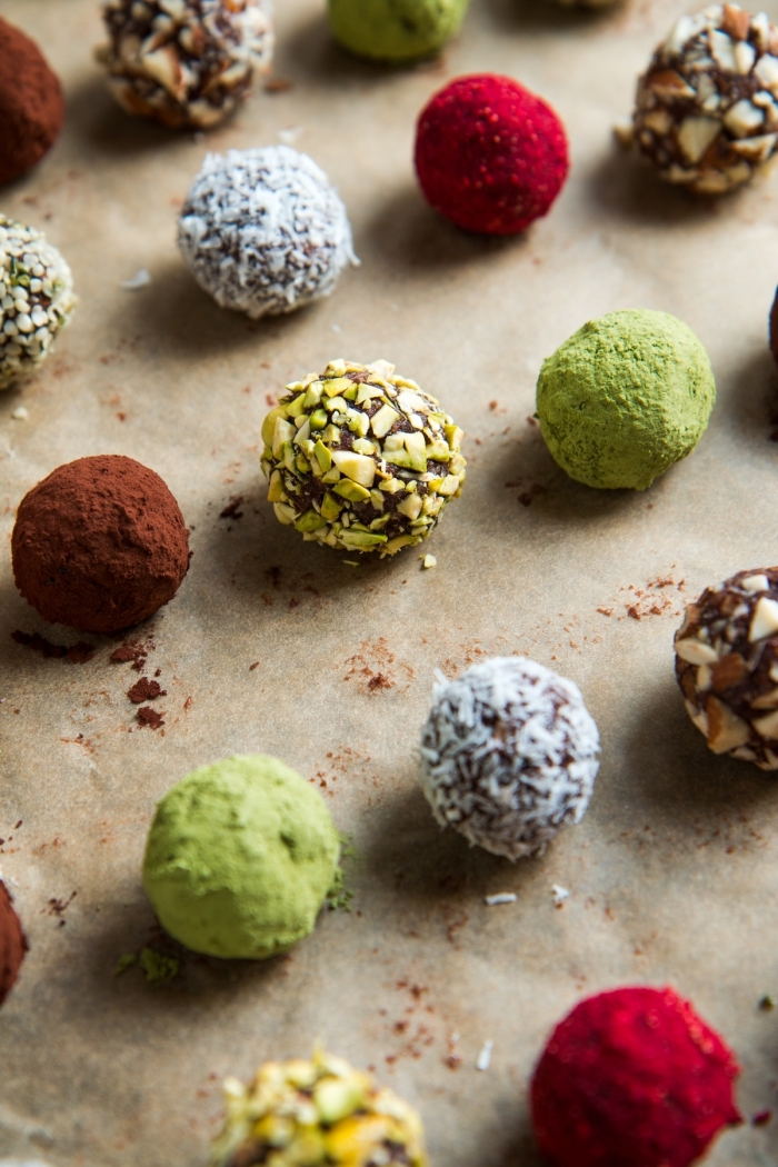 veganes fingerfood, süße runde bällchen mit kakao, verschiedene varianten, party snacks ideen